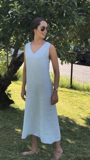 Sandnes kjole i lyseblå lin uten ermer